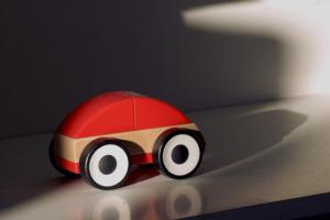 Holzspielzeug - ein Auto aus holz