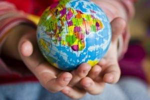 Globus in Kinderhänden