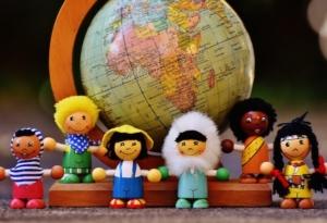 Kinder vor einem Globus