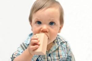 Junge spielt mit CreaBLOCKS Holzbausteinen