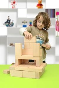 Kind stapelt Holzbausteine