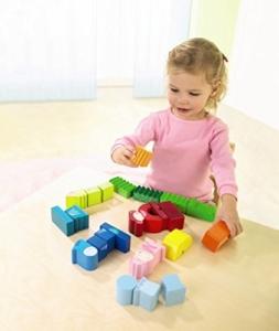 Kleinkind spielt mit Haba Holzbausteine und Bauklötze