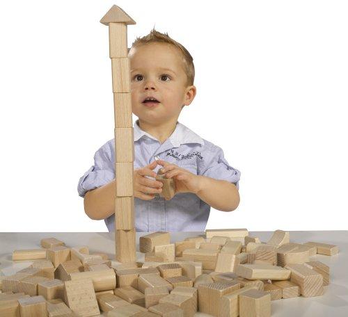 Kleinkind spielt mit Heros Bausteinen natur