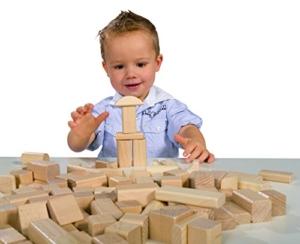 Kind spielt mit Heros Holzbausteine natur