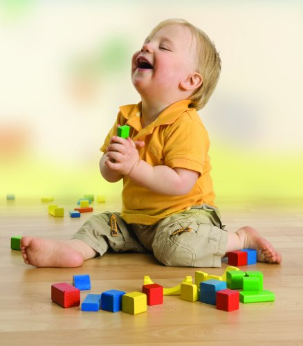 Junge spielt mit bunten Heros Bauklötzen