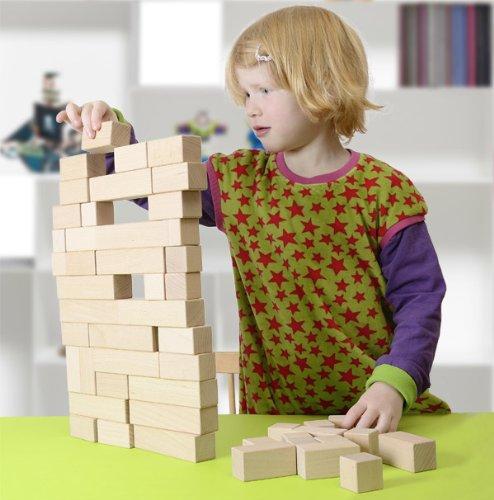 Kind spielt mit CreaBLOCKS Holzbausteinen