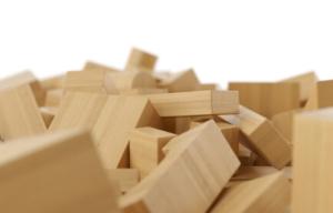 viele unbehandelte Holzbausteine