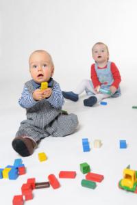 Kinder spielen mit Holzbausteinen