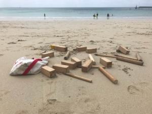 ausgepacktes Wikingerschach / Kubb Spiel am Strand