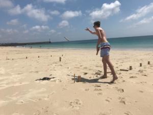Kubb / Wikingerschach Spieler beim Wurf